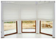 Jeżeli chcesz zmienić osłony okienne w swoim domu, to teraz jest idealny moment, by wybrać rolety z tkanin o właściwościach termicznych, zatrzymujących ciepło. Czy wiesz, że dzięki takim tkaninom w twoim domu może być nawet o 2-3 stopnie cieplej? Wystarczy, że będziesz zasłaniał rolety wtedy, gdy nie potrzebujesz, by w pomieszczeniu było maksymalnie jasno. Możesz także wybrać rolety z tkanin jasnych, które nie zaciemniają pomieszczenia, ale jednocześnie nie wypuszczają ciepła na zewnątrz.
