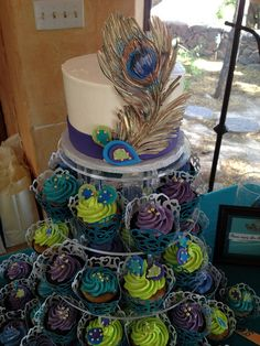 Peacock Cake/Cupcakes- Loving the cake/cupcake combo! Peacock Cupcakes, Peacock Cake, Peacock Wedding Cake, Peacock Theme, Peacock Decor, Beautiful Cakes, Amazing Cakes, Decoration Buffet, Birthday Parties