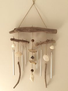 Carillon en bois floated by the Atelier de Cori . Driftwood Mobile, Driftwood Art, Driftwood Projects, Hanging Mobile, Bottle Painting, Beach Crafts, Nature Crafts, Wind Chimes, Drift Wood