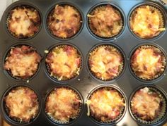 Für die Nudelmuffins den Backofen auf 200 °C vorheizen. Die Nudeln nach Packungsanleitung zubereiten und mit den kleingeschnittenen Tomaten, Mais,