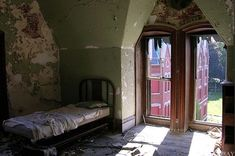 Danvers State Insane Asylum in Massachusetts = Luxury Living « Urban Exploration :: WonderHowTo Abandoned Asylums, Abandoned Buildings, Abandoned Places, Scary Ghost Pictures, Ghost Photos, Real Haunted Houses, Paranormal Photos, Insane Asylum, Abandoned Hospital