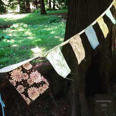 올해는 더욱 덥다. #또 #숲속에. 친구는 #핸드메이드 #가랜드를 #나무기둥 에 묶는다. #자투리 천. 이렇게 쓰는군. #좋은오후. #피크닉 #가랜드 #숲속 #스튜디올로지 #일상 #studiology #데일리 #picnic #garland #handmade