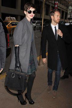 shopping inspirado en el estilo de calle de Anne Hathaway tras su corte de pelo: un tres cuartos con guantes largos
