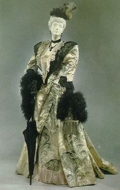 Afternoon Dress - House of Worth 1895 Pearl grey patterned satin with black & white feathers, Chantilly lace & chiffon trim. Vintage Outfits, Vintage Gowns, Vintage Mode, 1890s Fashion, Edwardian Fashion, Vintage Fashion, Gothic Fashion, Women's Fashion, Historical Costume