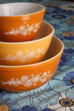 Pyrex - I remember these bowls Vintage Bowls, Vintage Kitchenware, Vintage Dishes, Vintage Glassware, Vintage Pyrex, Antique Dishes, Vintage Tins, Pyrex Vintage Patterns, Antique Stoneware