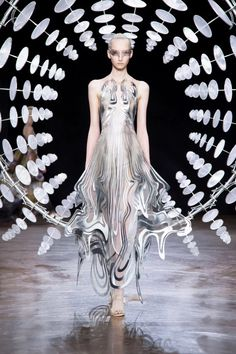 iris van herpen sculpts 'kinetic couture' that moves as models walk the runway Couture Mode, Style Couture, Couture Week, Couture Fashion, Runway Fashion, Fashion Trends, Juicy Couture, Fashion 2018, Foto Fashion