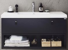 Badrumsmöbel Bright med både öppen och stängd förvaring ger ett spännande intryck. Här med beslag i läder.