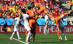 Impresionante remate de cabeza #Holanda vs #CostaRica #Brasil2014