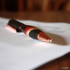 """Dřevěné pero """"Eben s pruhy"""" Luxusní kuličkové pero, které může být krásným a nezapomenutelným dárkem k narozeninám, k promoci nebo různým výročím. Pero je vyrobené z afrického ebenu, pink ivory a české hrušně. Dřevo je ošetřeno voskem, vyleštěno a výborně ladí s kovovými komponenty. 6ádné dřevo není ničím přibarvováno. Hrot se vysouvá pootočením ..."""