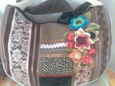 bolsa de tecido confeccionada em algodão,com sianinhas,renda,fita,flores de crochê e fuxico. R$55,00