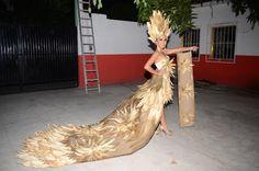 Karen América lució un vestuario reciclado hecho con hoja de maíz muy elegante. Earth Hour, Dark Fantasy Art, Carnival, India, Halloween, The Originals, Beauty, Dresses, Google