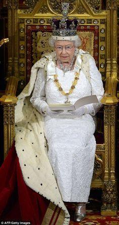 Look at Queen Elizabeth II Donning Full Royal Regalia Duchess Of Cornwall, Duchess Of Cambridge, Queen And Prince Phillip, Prince Philip, Prince Charles, Prince Harry, Die Queen, Eugenie Of York, Estilo Real