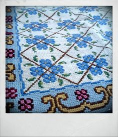 Arraiolos – Portuguese Tapestry. Latch Hook Rugs, Weaving Textiles, Tapestry Design, Tapestry Crochet, Rug Hooking, Handmade Rugs, Throw Rugs, Embroidery Applique, Fabric Patterns