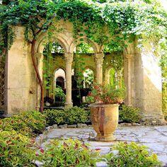 Agriculture Raisonnée, Sunken Garden, Montpellier, Mediterranean Garden, Parcs, South Of France, Beautiful Architecture, Places Around The World, Abandoned Places
