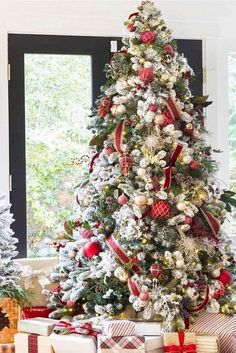 When it comes to decorating, my favourite part is the TREE. I love to create a beautiful Christmas tree. Here is the Ultimate christmas tree Inspiration! Flocked Christmas Trees, Beautiful Christmas Trees, Christmas Tree Themes, Christmas Tablescapes, Christmas Love, Christmas Traditions, Christmas Tree Decorations, Christmas Holidays, Merry Christmas
