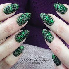 "#LoveNess Nail Products: 🐍""Snake skin nails💚 Gelpolish ""don't leaf me"", Green Foil and snake skin stamping art"" 🐍 #LVS www.bibisbeautysupplies.com"