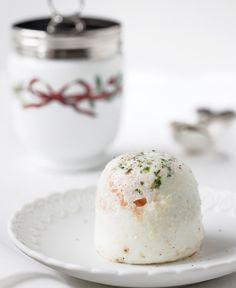 Queste uova sono perfette sia come antipasto per una cena, sia alla mattina come colazione salata. Il salmone norvegese è la mia scelta preferita, ma puoi usare del prosciutto se vuoi cambiare.