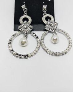 Πρωτότυπα γυναικεία κρεμαστά σκουλαρίκια με πέρλες και γεωμετρικά σχήματα. Drop Earrings, Jewels, Fashion, Bead, Moda, Jewerly, Fashion Styles, Drop Earring, Gemstones