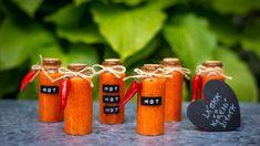 Říká se, želáska jekoření života. Takproč sihoneudělat trochu peprnější? Domácí chilli omáčka bude originálním apřitom snadným dárkem, který vklidu spředstihem sami vyrobíte, ahostům bude ještě dlouho připomínat vaši legendární svatbu...