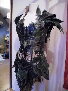 Druchii female leather armor + corset by ~Deakath on deviantART (Maybe with green edging, to call to mind briars) Blue Costumes, Cool Costumes, Cosplay Costumes, Halloween Costumes, Fantasy Armor, Fantasy Dress, Larp, Filles Punk Rock, Armadura Ninja