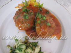 Тефтели мясные -  Для приготовления тефтелей нам понадобится: мясной фарш - лучше смешанный из свинины и говядины - 500 г; яйцо куриное - 1 шт.; лук репчатый - 1 шт.; рис вареный - 0,5 стакана; мука для панировки; масло для обжарки; томатная паста или соус - 50 мл; сметана - 2 столовых ложки.