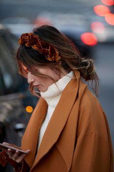 Paris Fashion Week Street Style Fall 2019 Day Women's Street Style photos from Paris Fashion Week Fall Models, Influencers, Editors . Easy Work Hairstyles, Popular Hairstyles, Hairstyles Videos, Everyday Hairstyles, Hairstyles Haircuts, Autumn Street Style, Street Style Women, Street Styles, Men Street