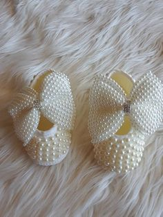 Pearl Baby Shoes with Bows Bling Baby Shoes, Baby Bling, Baby Girl Shoes, Baby Boy Fashion, Kids Fashion, Baby Pearls, Princess Shoes, Newborn Girl Outfits, Camo Baby Stuff