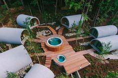 Sept modules préfabriqués en usine accueillent des saunas, hammams, vestiaires, implantés autour d'un spa et d'un bain d'eau froide.