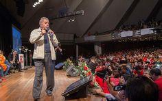 Lula pede ousadia a Dilma: 'Não tem um país que tenha feito ajuste e melhorado a economia' http://www.redebrasilatual.com.br/politica/2015/10/lula-defende-dilma-mas-critica-ajuste-fiscal-e-pede-ousadia-5657.html…
