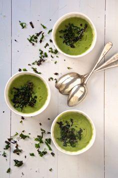 Grønnkålsuppe laget med brokkoli, løk og hvitløk er en enkel, rask, sunn og vesmakende suppe som passer både til lunsj og middag.