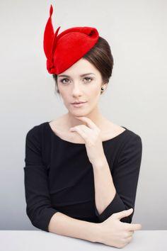 Roter Fascinator Hut, alte Hollywood-Glamour, Pin Up Headpiece, Mini Hut, Hatinator, Filzhut, Cocktail-Hut - Mona