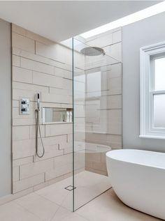 Eine moderne, türlose Duschkabine im Badezimmer A modern, doorless shower cubicle in the bathroom Modern Shower, Modern Bathroom, Small Bathroom, Master Bathroom, Bathroom Ideas, Bathroom Tubs, Master Shower, Remodel Bathroom, Bathroom Remodeling
