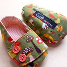 littleoddforest | Tack-On Booties (Magical Mushrooms) Cute Baby Shoes, Baby Boots, Doll Shoes, Toddler Girl Dresses, Baby Feet, Baby Crafts, Handmade Baby, Baby Sewing, Baby Patterns