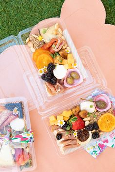 Charcuterie Lunch, Charcuterie Recipes, Charcuterie Plate, Charcuterie And Cheese Board, Picnic Snacks, Picnic Box, Party Snacks, Party Food Plates, Candied Orange Slices