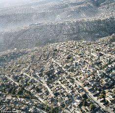 Infinitas olas de concreto cubren el paisaje desde el centro de la Ciudad de México hasta sus desgarbados suburbios. Los que vivimos aquí sab...