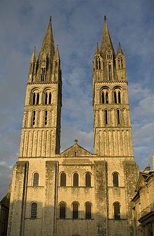 Chiesa di Saint-Etienne (Caen) - La facciata principale - Edificata a partire dal 1065 e completata nel XIII secolo. In sintesi, la chiesa di Santo Stefano è l'erede delle innovazioni compiute dal 1040 a Notre-Dame di Jumièges ed essa stessa si inscrive nella tradizione carolingia e ottoniana: