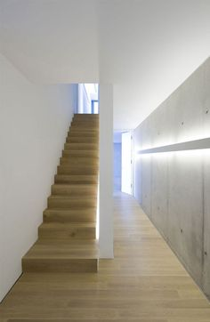 Hieno betonielementtiseinä ja valaistus. Portaat myös yksinkertaiset, mutta veistokselliset.