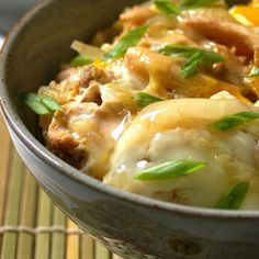 Oyako donburi – a traditional japanese dish - Melhores Receitas Oyako Donburi Recipe, Chicken Donburi Recipe, Oyakodon Recipe, Japanese Dishes, Japanese Recipes, Japanese Rice, Japanese Chicken, Asian Recipes, Ethnic Recipes