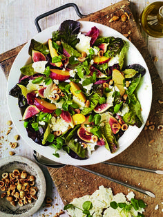 The proven match: cheese and fruit. Here they meet in a beautiful salad. And the nectarines can be swapped for apples or pears.