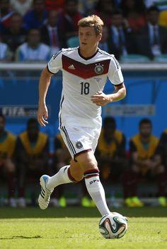 サッカーW杯ブラジル大会(2014 World Cup)グループG、ドイツ対ポルトガル。ボールをボールをキープするドイツのトニ・クロース(Toni Kroos、2014年6月16日撮影)。(c)AFP/FABRICE COFFRINI ▼17Jun2014AFP|ドイツがポルトガルに快勝、ミュラーがロナウドから主役の座奪う http://www.afpbb.com/articles/-/3017854 #Germany_Portugal_group_G #Brazil2014
