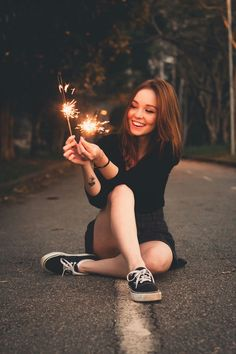 18 Ideas For Photography Poses Graduation Portrait Ideas Poses Photo, Picture Poses, Girl Photography Poses, Creative Photography, Photography Lighting, Sparkler Photography, Lake Photography, Photography Lessons, Photography Contests