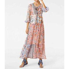 Ganz im Hippy Stil ist dieses buntes Hippy Maxikleid in Pastelltönen und einem auffallenden Blumenmuster. In trendiger Patch Optik mit Spitzenbesatz am Dekolleté