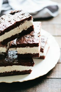 These homemade Ice Cream Sandwiches are super easy to make, gluten free optional and SO MUCH FUN! They're the best summer dessert. Homemade Ice Cream Sandwiches, Ice Cream Cookie Sandwich, Ice Cream Cookies, Sandwich Cake, Ice Cream Recipes, Cream Cake, Gluten Free Ice Cream Sandwiches, Chocolate Chip Ice Cream, Mint Chocolate Chips
