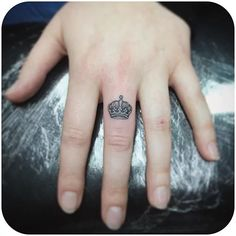 minimalist tattoo meaning Wedding Finger Tattoos, Crown Finger Tattoo, Small Crown Tattoo, Cute Finger Tattoos, Finger Tattoo Designs, Cool Small Tattoos, Different Tattoos, Tattoo Designs For Women, Delicate Tattoo