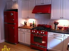 64 Amazing Black and Red Kitchen Decor Ideas Suitable for You Who Loves Cooking. Amazing black and red kitchen decor t is possible to find a new set of inexpensive kitchen canisters that just may be the answer you're on […] Red Kitchen Aid, Black And Red Kitchen, Red Kitchen Decor, New Kitchen Cabinets, Black Kitchens, Kitchen Countertops, Vintage Kitchen, 1970s Kitchen, Retro Kitchens