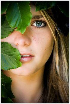 """Om een portret foto een andere """"mood"""" te geven, probeerden we het eens vanachter de bladeren vandaan....."""