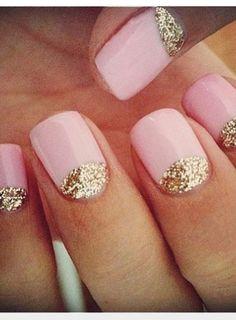 Manucure rose, et or à paillettes.
