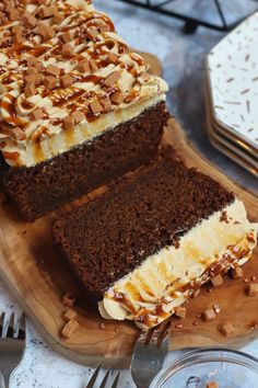 A Sweet, and Delicious Sticky Toffee Loaf Cake with the Sticky Toffee Sponge, Sticky Toffee Buttercream Frosting, and a Sticky Toffee Sauce! Toffee Cake Recipe, Sticky Toffee Pudding Cake, Sticky Toffee Cupcakes, Just Desserts, Delicious Desserts, Dessert Recipes, Health Desserts, Janes Patisserie, Bolo Fit