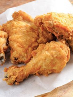 Oven-Fried Drumsticks - Today's Parent A classic. Good hot or cold, ridiculously easy to make, and very easy to eat.<br> A classic. Good hot or cold, ridiculously easy to make, and very easy to eat. Chicken Drumstick Recipes, Fried Chicken Recipes, Oven Fried Chicken Legs Recipe, Buttermilk Oven Fried Chicken, Recipes For Chicken Legs, Crispy Baked Chicken Legs, Over Fried Chicken, Chicken Quarter Recipes, Poulet Caprese