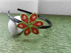 Diadema de plástico con flor de macramé.  www.singularts.es